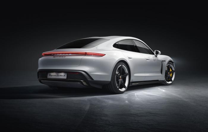 Porsche презентовала свой первый спортивный электромобиль 02