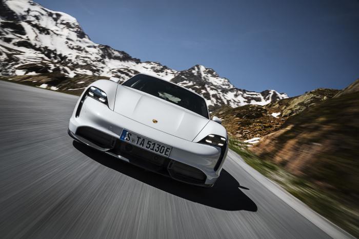 Porsche презентовала свой первый спортивный электромобиль 04